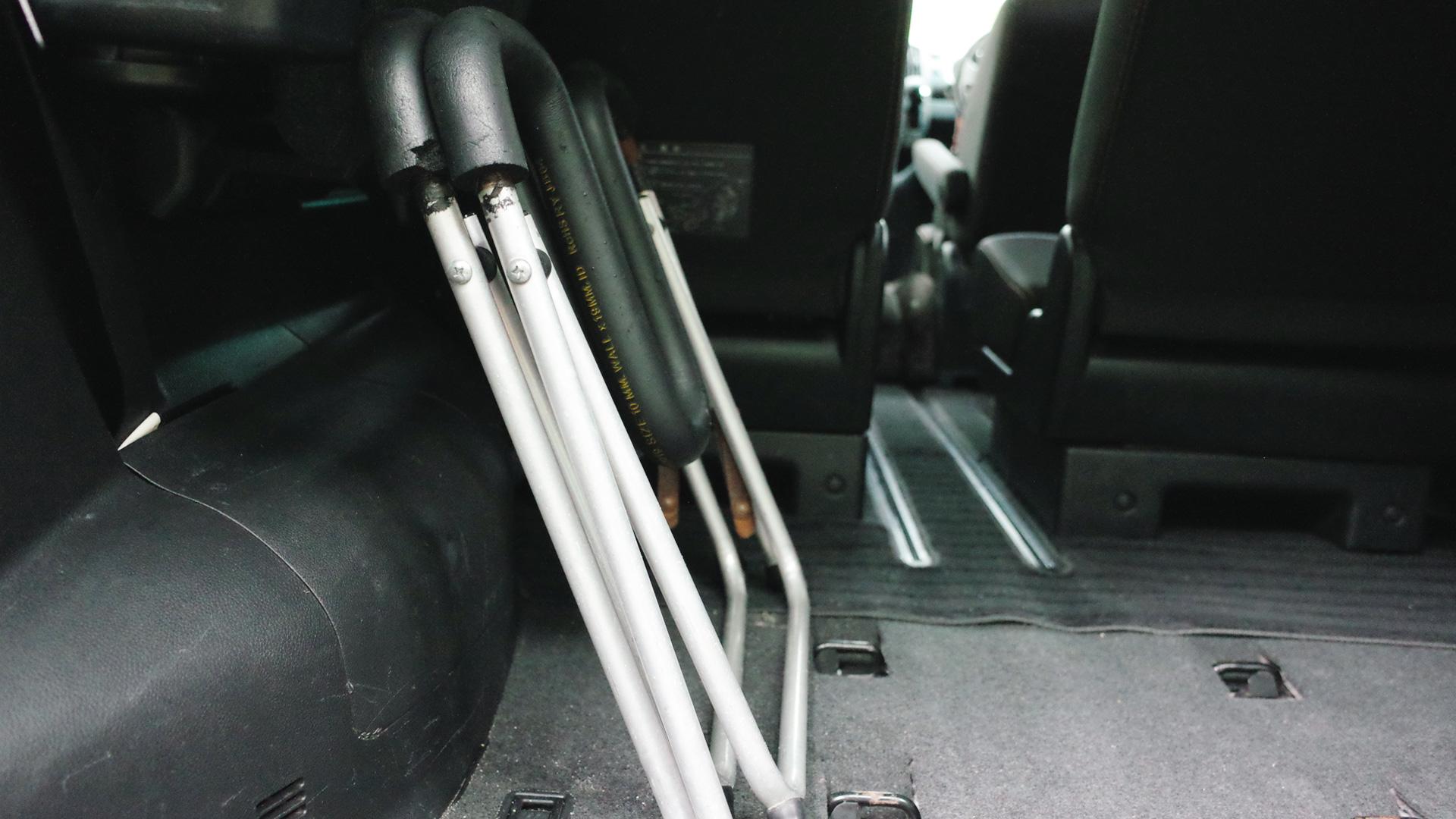 折りたたみサーフボード スタンドを車にコンパクトに積載(ワックスアップスタンド)