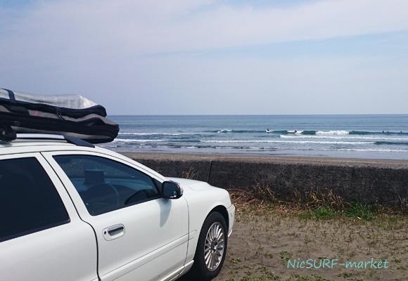 車のサーフキャリアのサーフボードを載せる