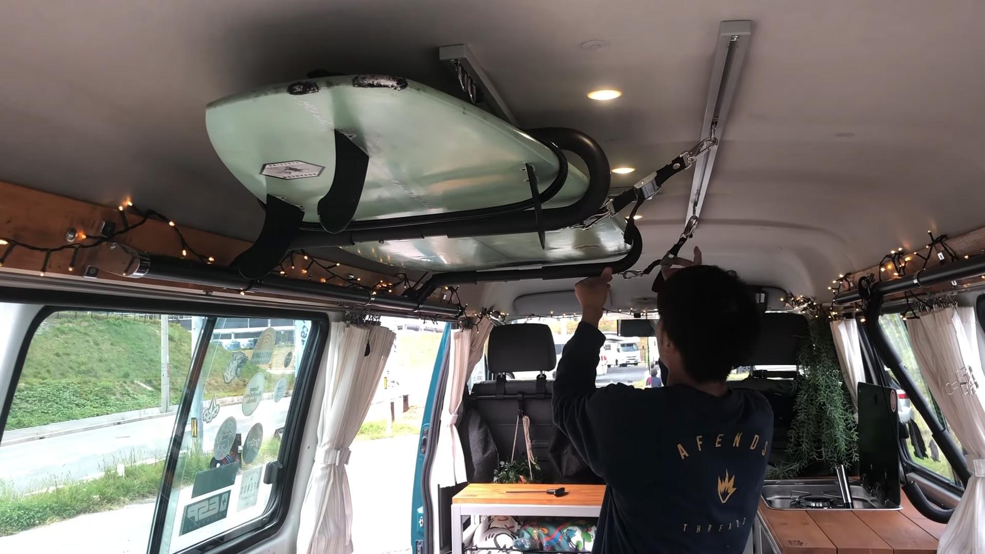 サーフィン向け-ボンゴブローニイバンのキャンピングカー BrawnyRIW-S 車内/サーフボード天井積載