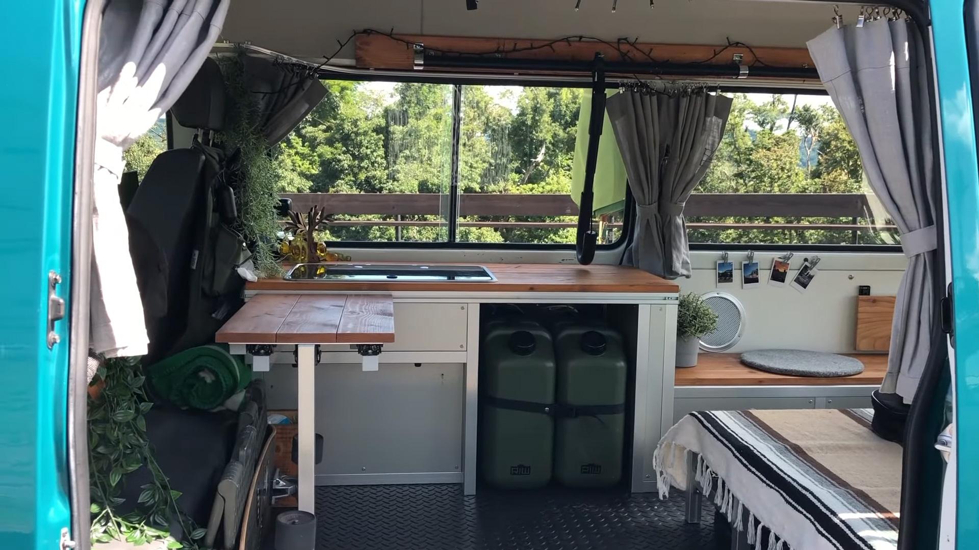 サーフィン向け-ボンゴブローニイバンのキャンピングカー BrawnyRIW-S 内装-キッチン