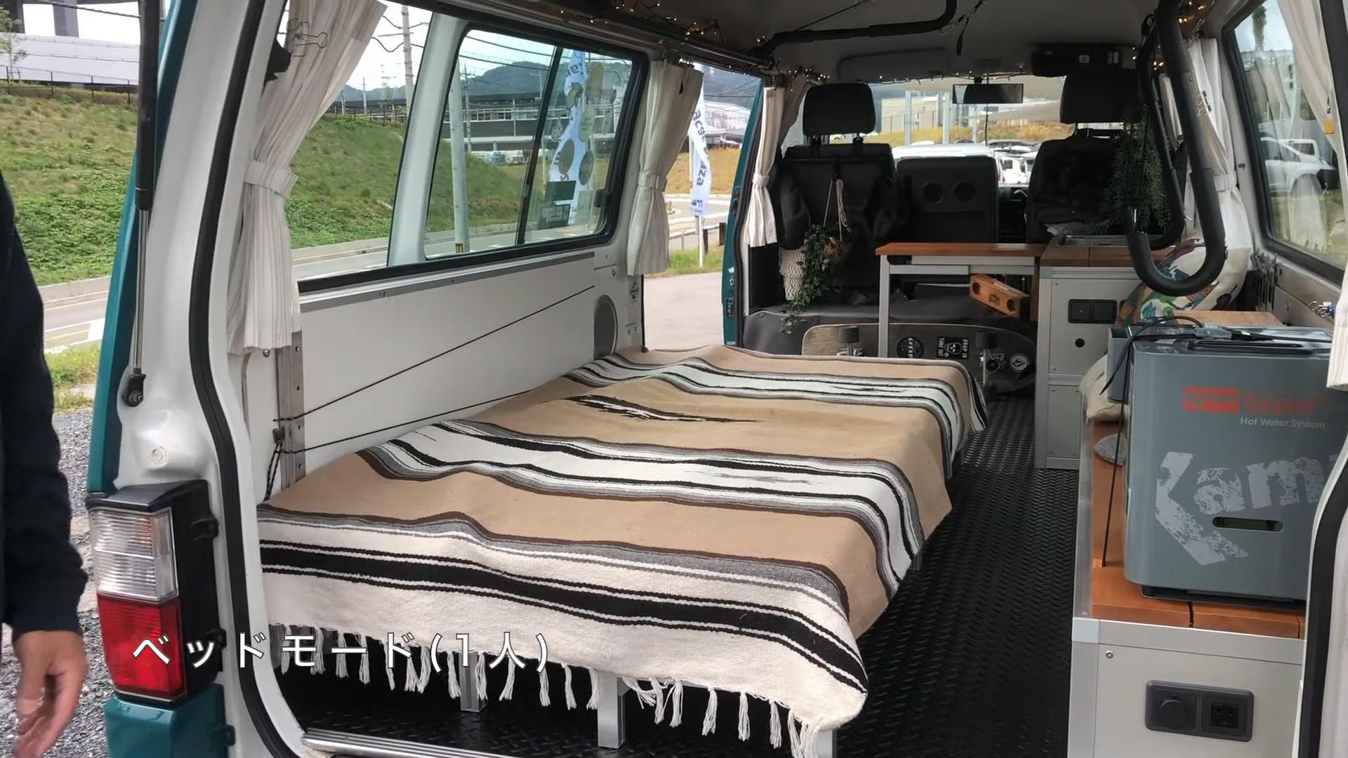 サーフィン向け-ボンゴブローニイバンのキャンピングカー BrawnyRIW-S 車内/ベッド一人用